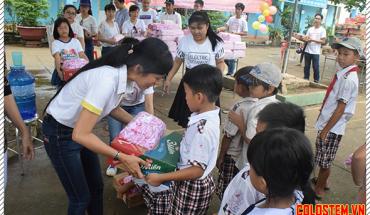 Phát quà cho trẻ em mồ côi