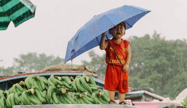 Trẻ em khóc vì bão lũ miền trung